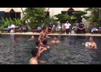 Sesi latihan 'pool recovery' Harimau Muda C di Vientiane, Laos (26 Ogos 2015)